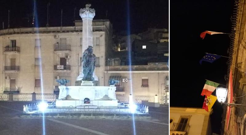 Piazza Armerina – Bandiere a posto e monumento ai Caduti della Prima Guerra Mondiale illuminato