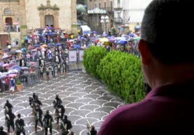 Palio dei Normanni: disturbata da un'acquazzone estivo inizia la manifestazione