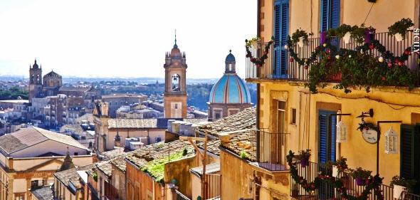 """Caltagirone – Lo spettacolo della """"Scala infiorata"""" sino al 16 giugno 2019"""