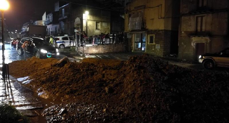 Bomba d'acqua su Piazza Armerina – Una famiglia intrappolata in casa liberata dai vigili del fuoco