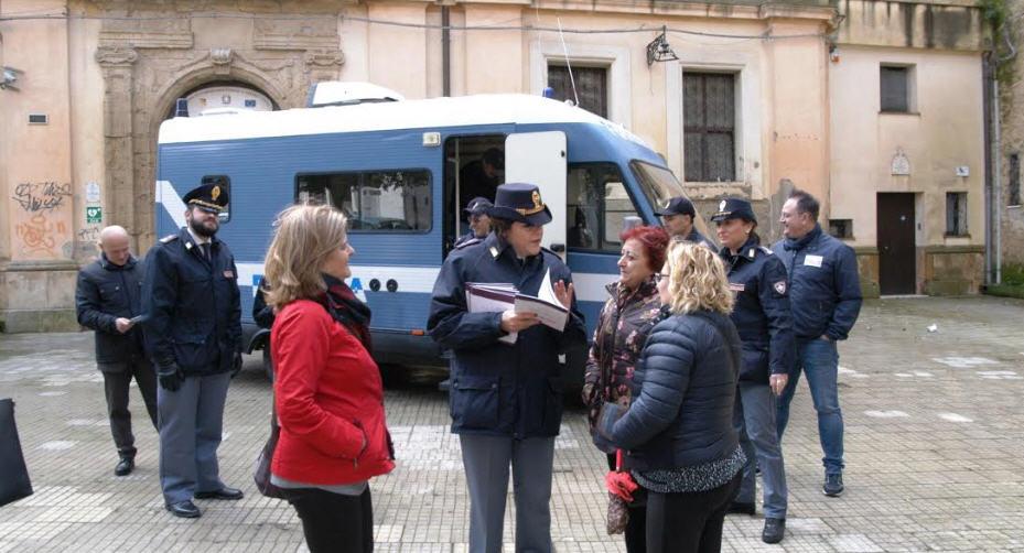 Enna – ll Camper della Polizia di Stato in piazza per la campagna di sensibilizzazione contro la violenza di genere