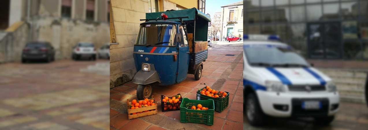 Piazza Armerina, lotta all'abusivismo commerciale: la Polizia Locale sequestra frutta venduta senza alcuna autorizzazione