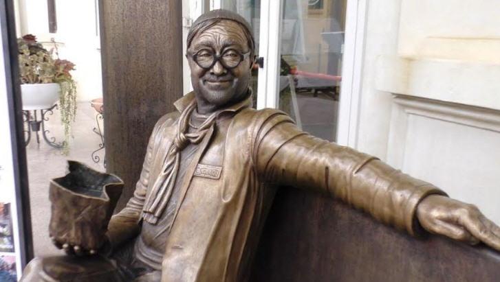 Troina – In piazza Giacomo Matteotti la scultura di Lucio Dalla di Carmine Susinni