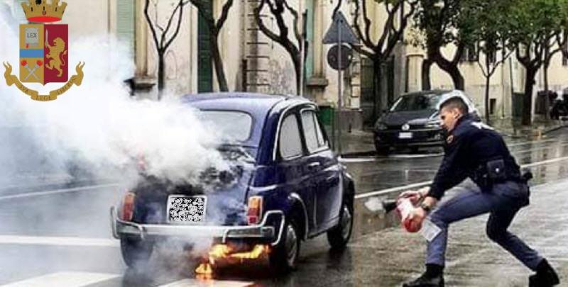 Una vecchia 500 va a fuoco. I poliziotti salavano il conducente.