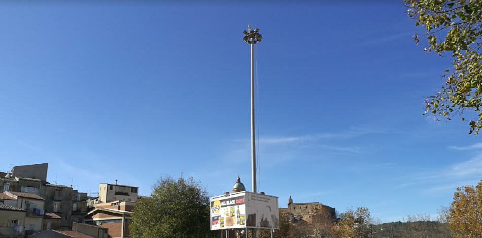 Piazza Armerina – Buio in piazza Falcone Borsellino: serve una perizia di conformità per riparare i fari