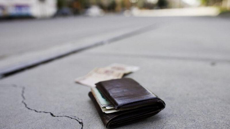 Trova un portafoglio con 450 euro e lo consegna alla polizia