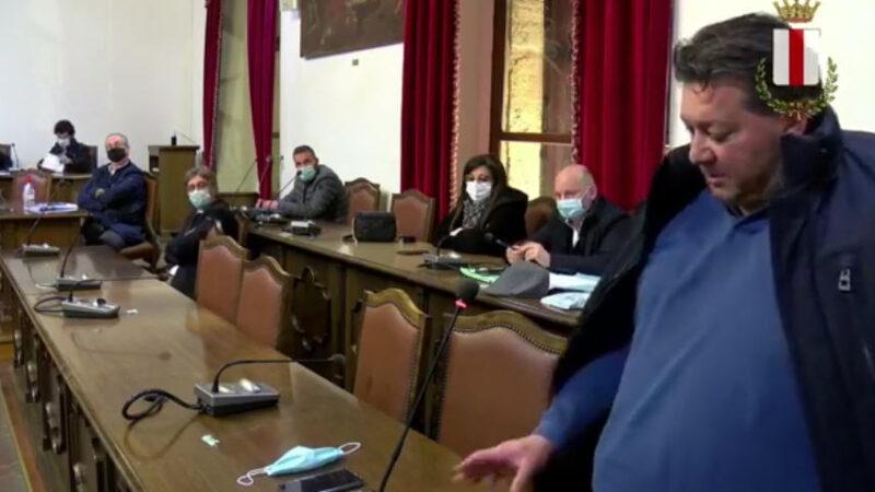 [VIDEO] Piazza Armerina – Insulti e minacce in consiglio comunale. Il brutto spettacolo che offre la politica