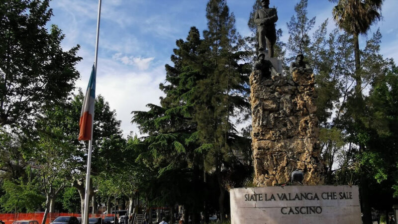 """Piazza Armerina –  La bandiera italiana di piazza Cascino """"appesa"""" e a mezz'asta."""
