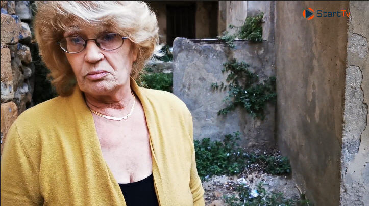 La signora Messina abbellisce uno dei vicoli di Piazza Armerina ma i vigili la vorrebbero multare