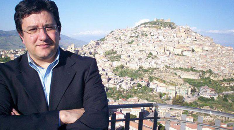 """AGIRA: MANNO CONSEGUE """"DIPLOMA DI POLITICA INTERNAZIONALE"""" DELL' ISPI"""
