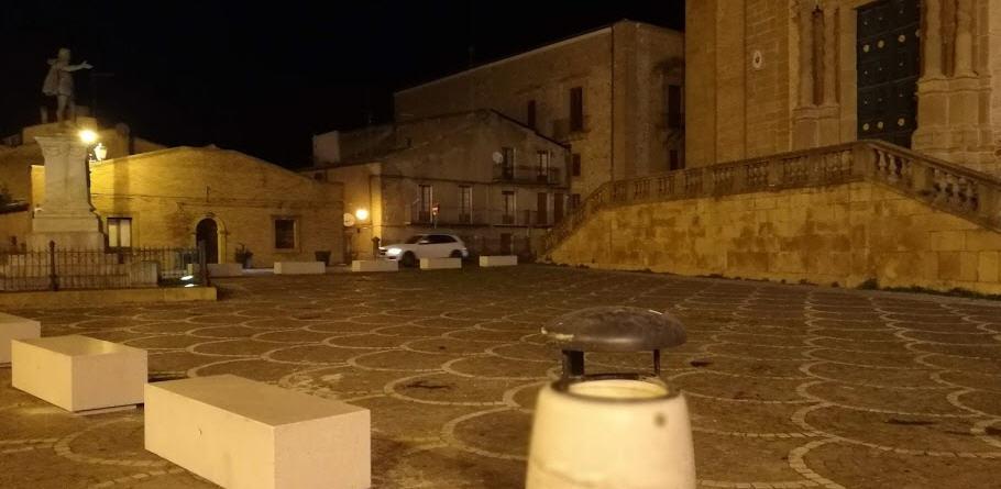 """La polemiche sulle panchine bianche in Piazza Cattedrale. L'assessore Messina:""""ne riparleremo"""""""