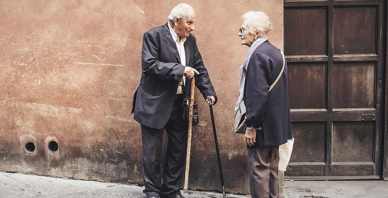 I lavoratori del servizio a domicilio per gli anziani, sospeso dal comune, in piazza l'8 marzo.