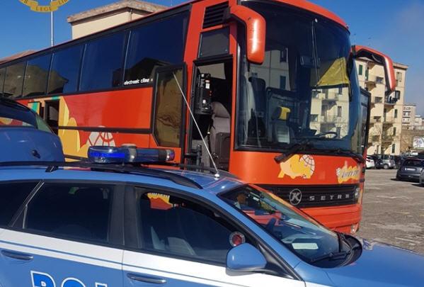 La Polizia Stradale di Enna blocca la partenza di una gita. Pullman senza revisione e ruote senza battistrada