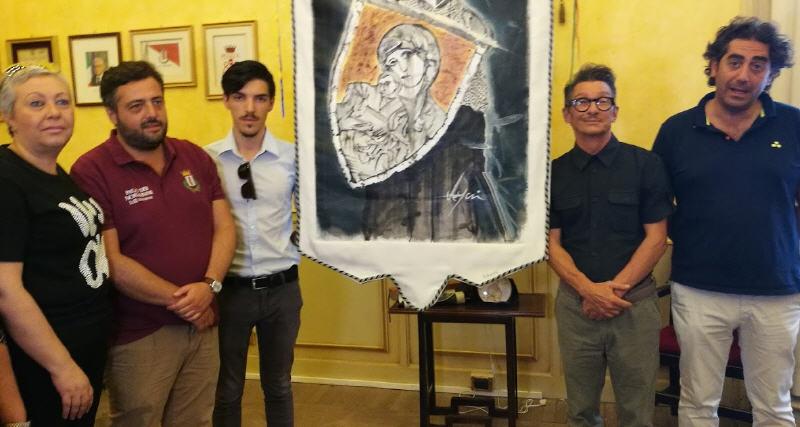 Presentato il drappo del Palio dei Normanni 2019. E' stato Realizzato dall'artista milanese Miky Degni