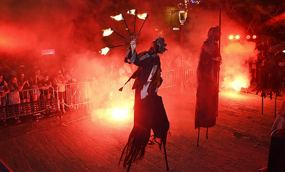 Viaggio nel Medio Evo tra trampolieri, artisti di strada e la musica di Mario Incudine per la prima giornata del Mad Fest
