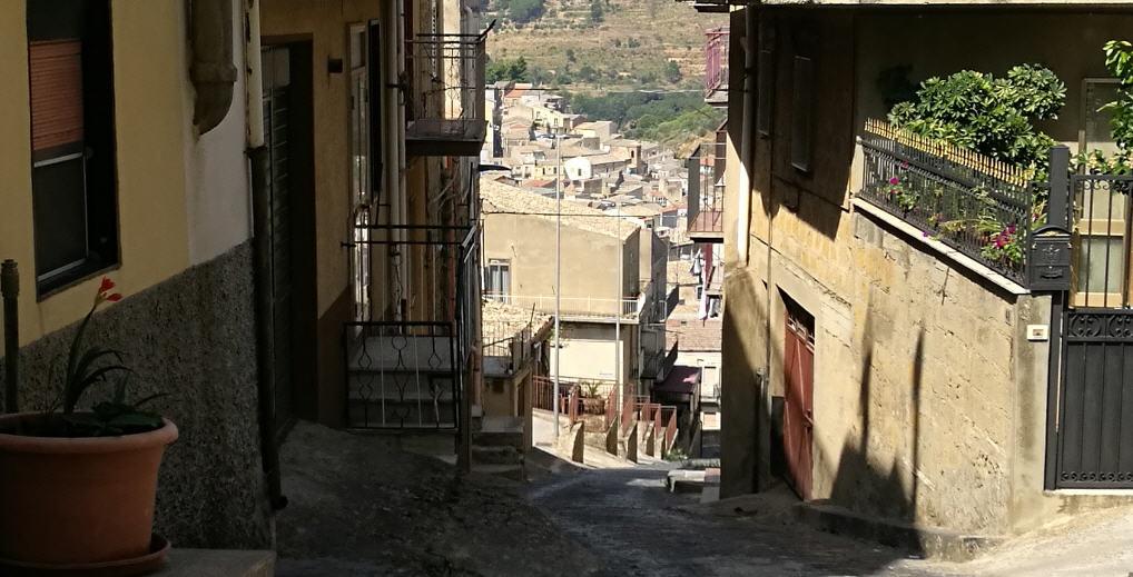 """Piazza Armerina – Al Casalotto la via Interna """"ogni giorno più difficile da percorrere"""". Anziani e disabili in difficoltà"""