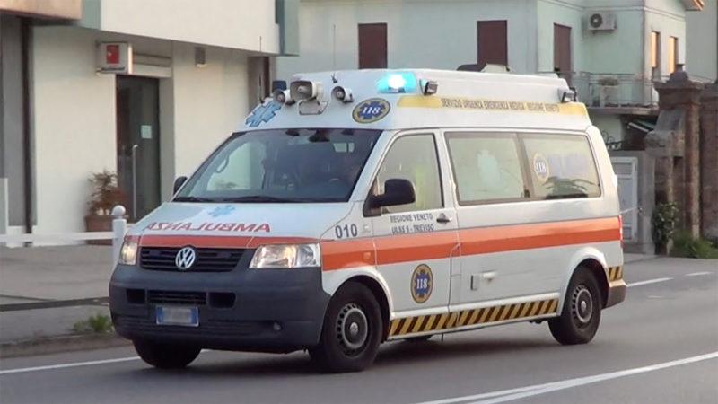 La polizia indaga sulla morte di un bambino che aveva ingerito una pallina di gomma. Un medico del 118 sospeso dal servizio.
