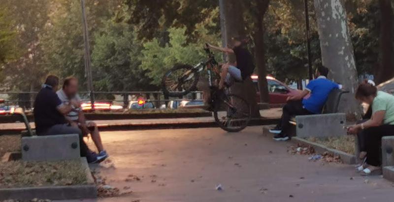 Piazza Armerina – In piazza Cascino biciclette sui marciapiedi e pedoni in pericolo.