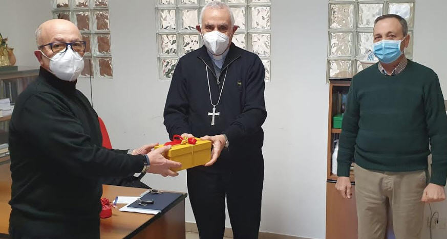 La Confartigianato Imprese Enna regala un statuetta raffigurante un'infermiera al vescovo di Nicosia