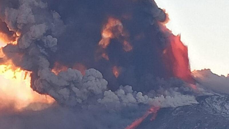 Etna – Spettacolare eruzione oggi pomeriggio [video]