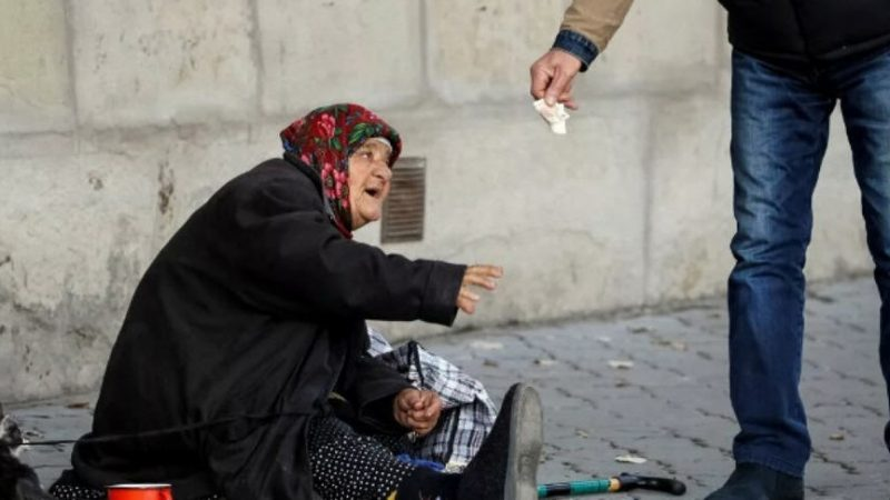 Aiuti alimentari a persone in gravi condizioni di indigenza dall'associazione Luciano Lama