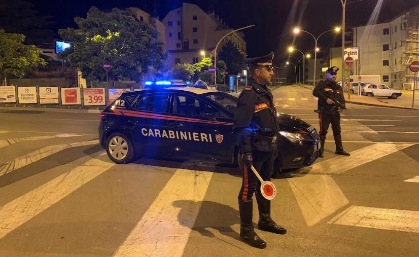 I carabinieri ritirano la patente a tre giovani conducenti d'auto.