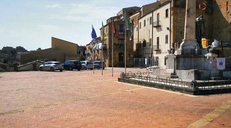 Piazza Armerina – Piazza Villari è in grado di sostenere il peso delle auto parcheggiate?